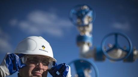 Da der Produktionsrückgang an Erdöl in Saudi-Arabien stärker ausfiel als in der Russischen Föderation, stieg Russland Ende des Vorjahres zum weltgrößten Produzenten auf.