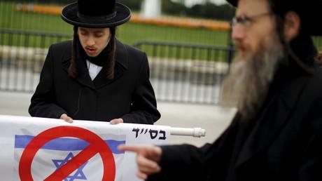 Ein ultra-orthodoxer jüdischer Mann nimmt an einer Protestaktion gegen ein Treffen Obamas mit  Netanjahu teil; 9. November 2015.
