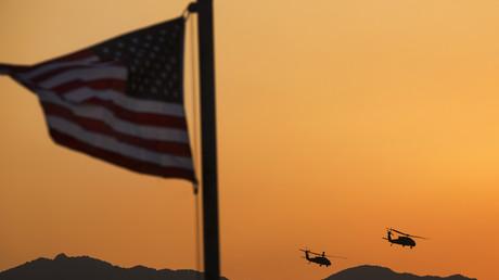 Zwei UH-60 Blackhawk Helikopter bringen US-Senator John McCain nach einem Tagesbesuch in der US-Militärbasis Gamberi, in der afghanischen Laghman Provinz zurück nach Kabul.