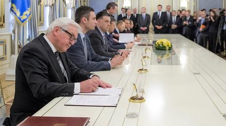 Als Unterhändler unterschreibt der deutsche Außenminister Frank-Walter Steinmeier das Abkommen zur Regelung der politischen Krise am 21. Februar 2014. Auf dem Hintergrund sind die ukrainischen Politiker Witali Klitschko und Oleg Tjagnibock zu sehen. Am Tag darauf war das Abkommen Altpapier.