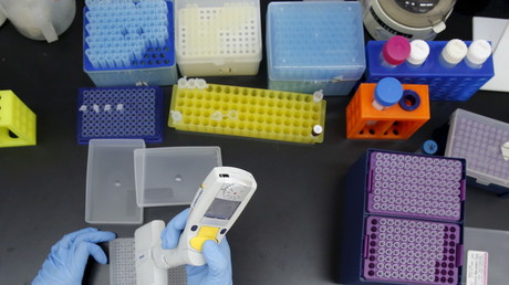 In biotechnologischen Laboren werden Tests zur Wirkung neu entdeckter Organismen für die Entwicklung von Antibiotika durchgeführt. (Symbolbild)