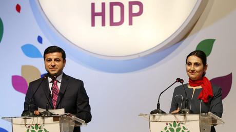 Türkische Polizisten hatten die beiden Ko-Vorsitzenden und Abgeordneten der prokurdischen Demokratischen Partei der Völker (HDP) Anfang November letzten Jahres verhaftet.
