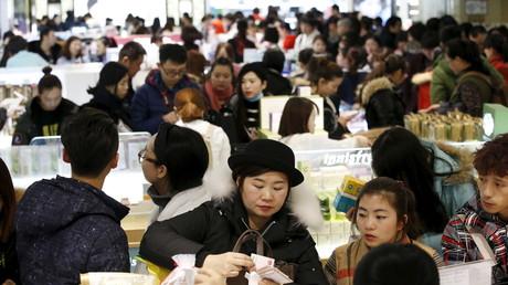 Chinesische Touristen in einem Duty-Free-Einkaufszentrum der Firma Lotte in Seoul, Südkorea; 21. Februar 2016.
