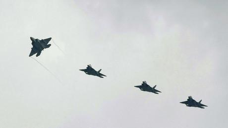 Um ein Nachtflugverbot zu verhängen, fehlt es dem japanischen Staat an rechtlichen Möglichkeiten.  Bild: US-Kampfflugzeuge vom Typ F-22 fliegen über den US-Stützpunkt Kanada auf Okinawa hinweg; Japan, 30. Mai 2009.