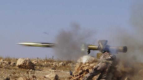 Ein Kämpfer der syrischen FSA mit einer Panzer-Abwehrrakete.