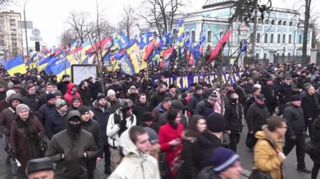 Rechter Sektor, Asow und Nationale Korps marschieren gemeinsam in Kiew.