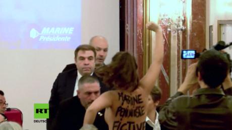 Femen-Aktivistin unterbricht Rede von Le Pen.