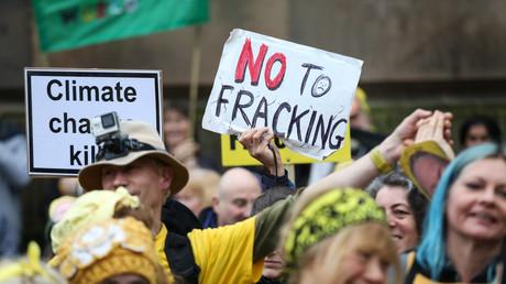 Schon im Dezember 2016 protestierten hunderte Aktivisten gegen die Fracking-Anlage in Lancashire
