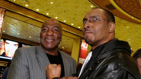 US-Migrationsbehörde hält Muhammad Ali junior (rechts) am Flughafen fest