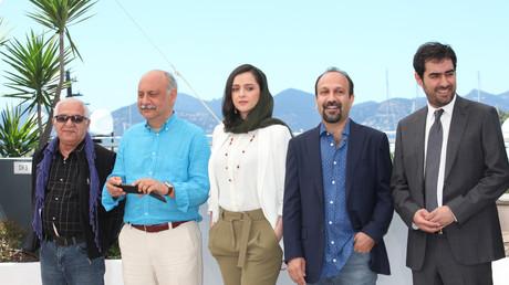 Das Team von The Salesman bei den Filmfestspielen von Cannes: FARID SAJJADIHOSSEINI, BABAK KARIMI, TARANEH ALIDOOSTI, DIRECTOR ASHGAR FARHADI AND SHAHAB HOSSEINI; Frankreich, 23. Mai 2016.