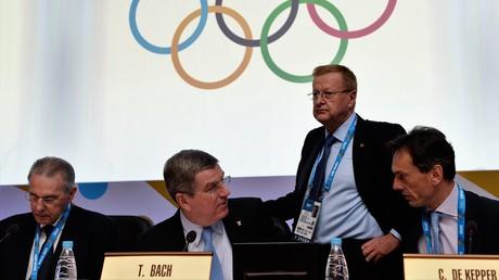 IOC-Präsident Thomas Bach und der IOC-Generaldirektor Christophe de Kepper auf der 126. Tagung des Internationalen Olympischen Komitees am 5. Februar 2014 in Sotschi.