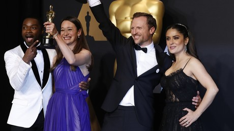 Orlando von Einsiedel und Joanna Natasegara präsentieren den Oscars für den besten Dokumentarfilm.