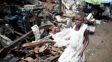 In Accra, Ghana arbeiten auch Kinder auf großen Mülldeponien als Burner.