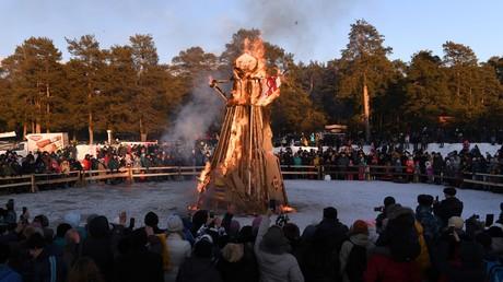 Die Winter-Puppe steht in Flammen. Wladimir