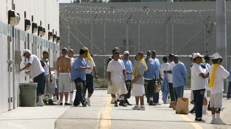Häftlinge warten im Wasco Gefängnis auf die Öffnung der Gefängnis-Kantine in Bakersfield, Kalifornien, USA, 26. August 2008.