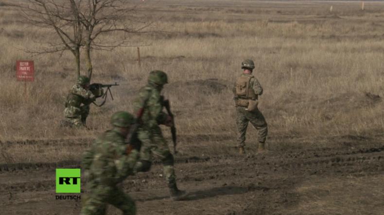 Soldaten über das Schießen im Gelände.