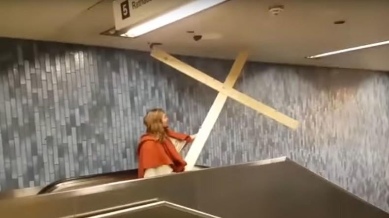Am Rosenmontag bricht Jesus den Weg aus der Kölner U-Bahn in den Himmel durch [VIDEO]