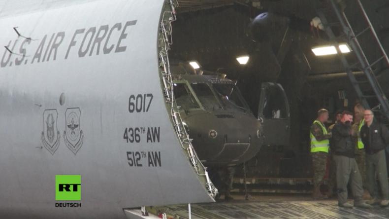 US-Transportflugzeug am Flughafen in Riga