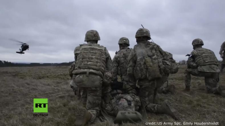 US-Soldaten simulieren Rettungsaktion eines verletzten Kameraden in Grafenwöhr.