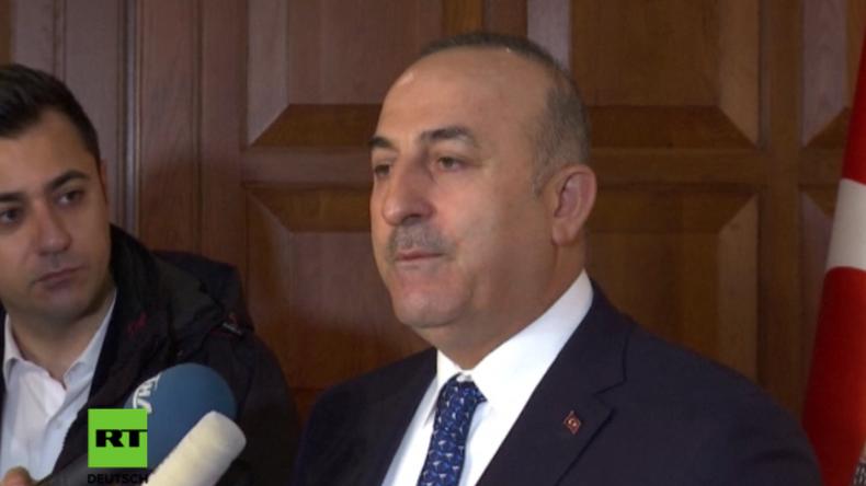 türkischer Außenminister vor Presse