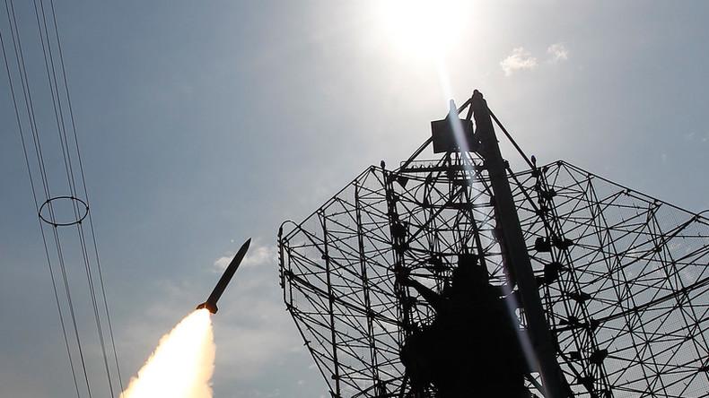 """Iranische Armee testet S-300-Flugabwehrraketenkomplex: Zielrakete in """"Schutt und Asche"""" zerstört"""
