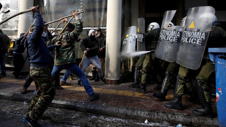 Bereitschaftspolizisten setzen gegen Protestler in Athen Tränengas ein