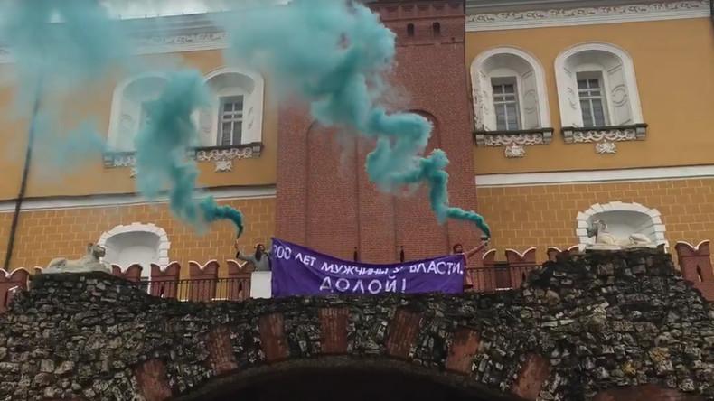 Feministinnen besteigen Kremlmauer und fordern mehr Macht für Frauen [VIDEO]