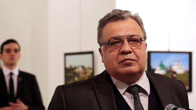 Der russischen Botschafter Andrej Karlow im Dezember vergangenen Jahres bei einer Ausstellungseröffnung in Ankara kurz vor seiner Erschießung. Im Hintergrund der spätere Attentäter und Mörder des Botschafters, Mevlüt Mert Altıntaş.