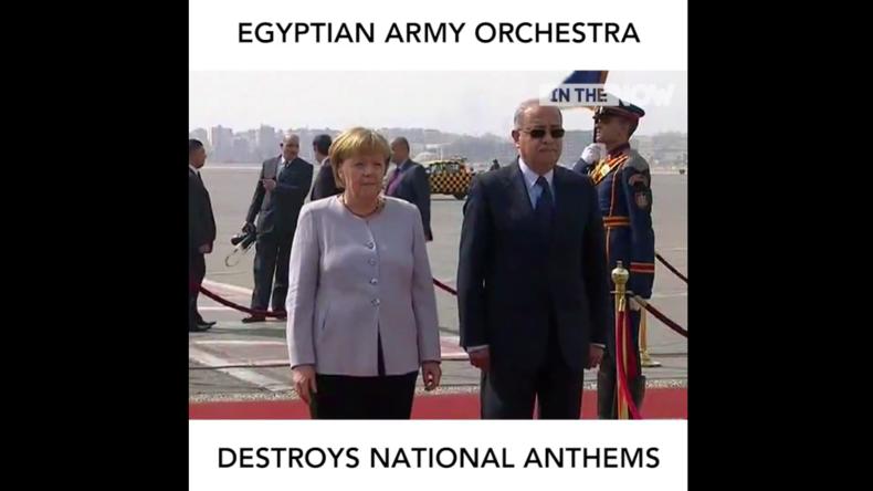 Bundeskanzlerin Merkel lauscht der deutschen Nationalhymne, gespielt vom ägyptischen Militär-Orchester.