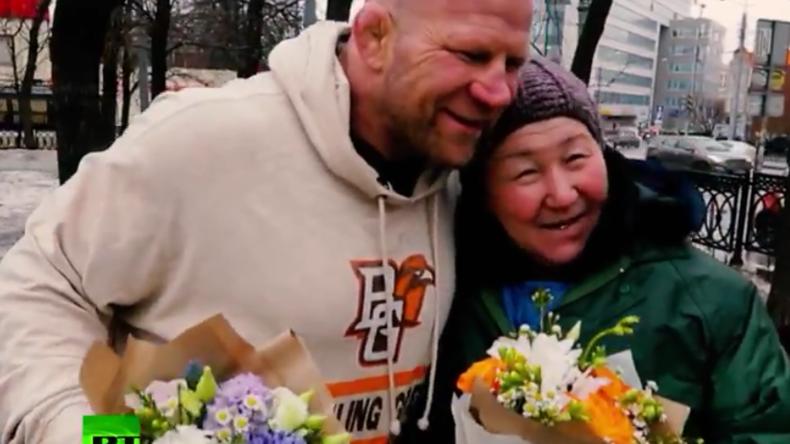 MMA-Kämpfer Jeff Monson verteilt Blumensträuße in Moskau.