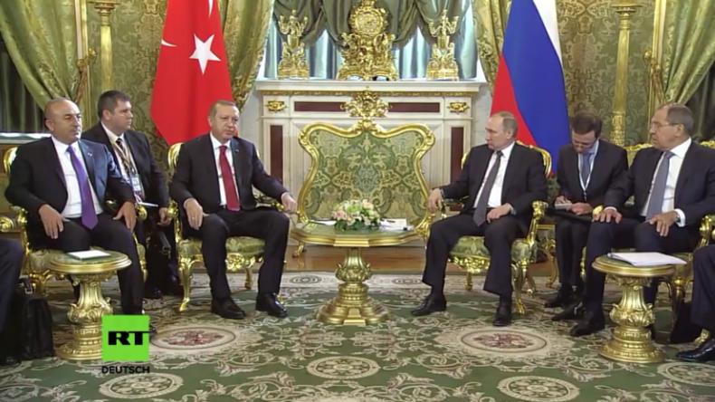 Live: Pressekonferenz von Putin und Erdoğan in Moskau (mit deutscher Simultan-Übersetzung)