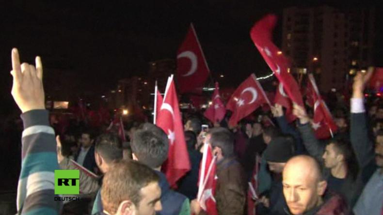 Ankara: Protestler beschmeißen niederländische Botschaft mit Eiern