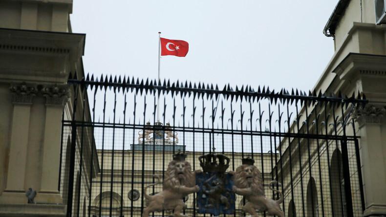 Protestler hissen türkische Staatsfahne über niederländischem Konsulat in Istanbul [VIDEO]