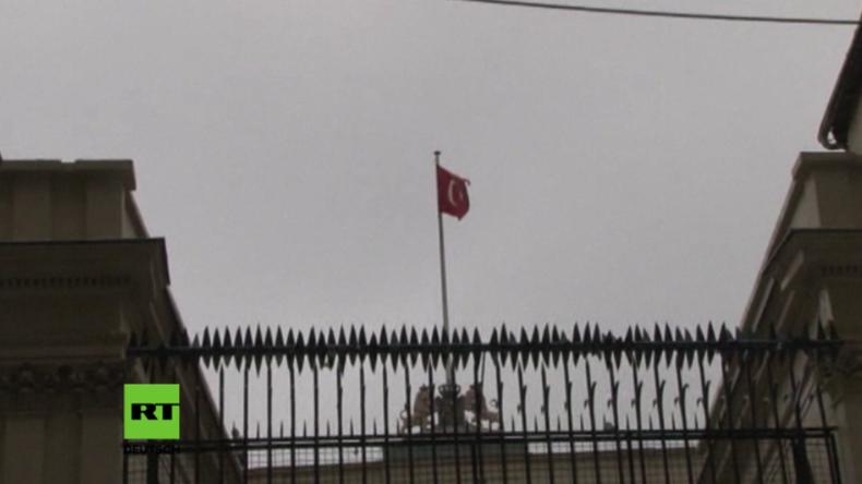 Türkische Flagge weht über dem niederländischen Konsulat in Istanbul.