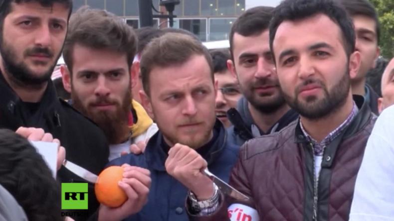 Protest-Teilnehmer und Anhänger des AKP-Jugendflügels.
