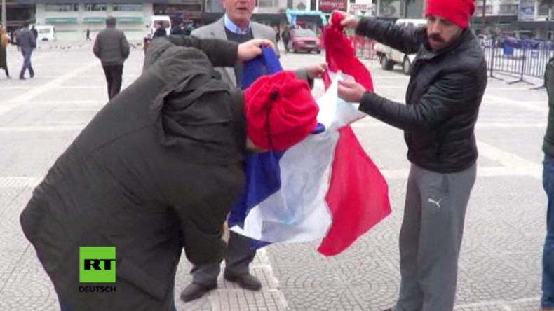 Türkische Protestler verbrennen versehentlich französische Flagge, statt niederländischer