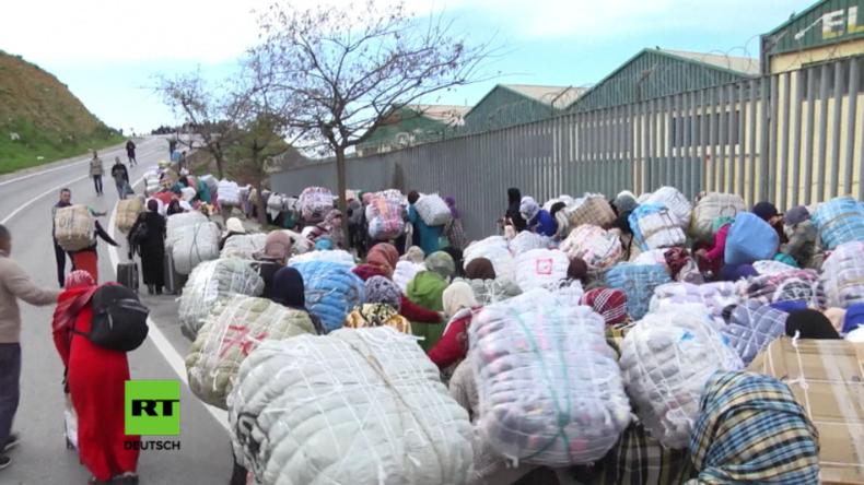 Marrokanische Händler auf dem Weg zum Grenzübergang nach Ceuta.