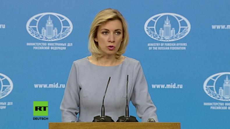 Sacharowa gibt Presseerklärung in Moskau.