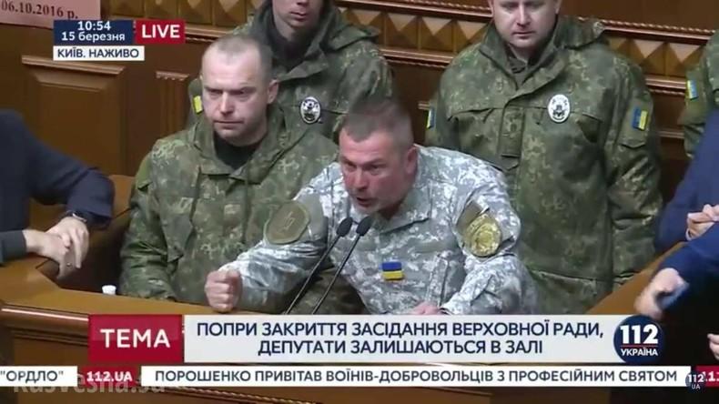 Militärs und Polizei fordern im ukrainischen Parlament Gerechtigkeit