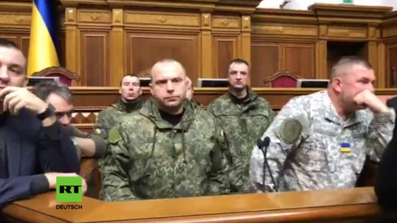 """Ukraine: Polizisten haben genug von rechtsextremen Übergriffen und """"stürmen"""" Kiewer Rada"""