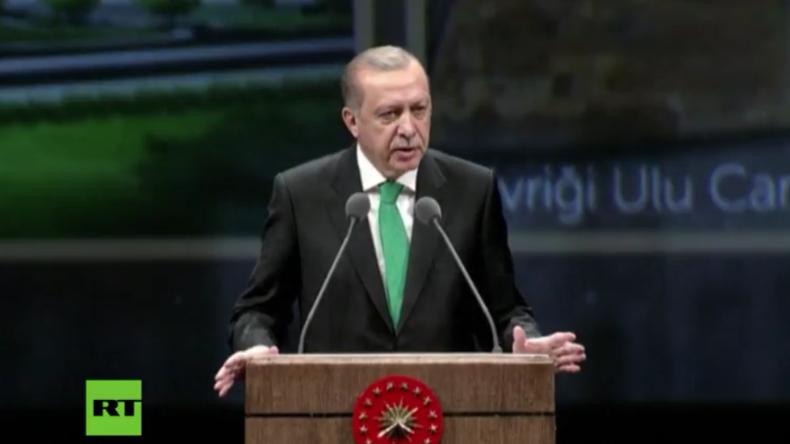 Erdogan hält Ansprache in Ankara.