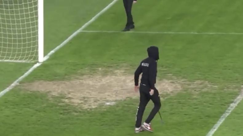 Bewaffneter kroatischer Hooligan stürmt auf Spielfeld und jagt Schiedsrichter