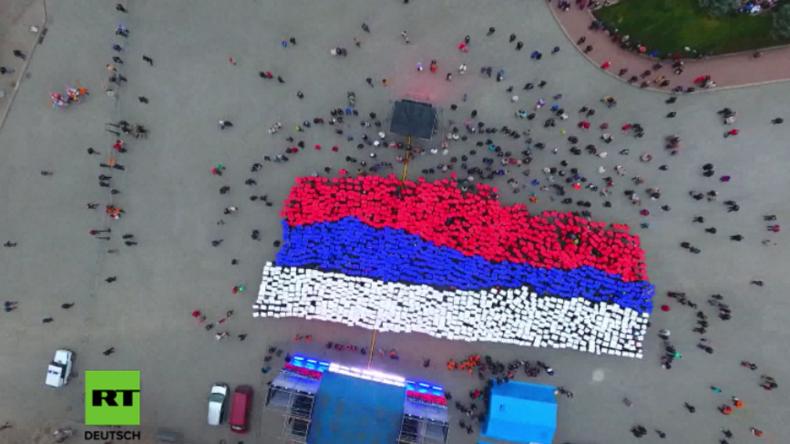 """""""Wir sind russisch!"""" - Riesige Russland-Fahne aus Menschen zum dritten Krim-Jubiläum in Sewastopol"""