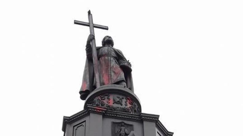Unbekannte beschmieren Denkmal für Wladimir den Heiligen in Kiew mit roter Farbe