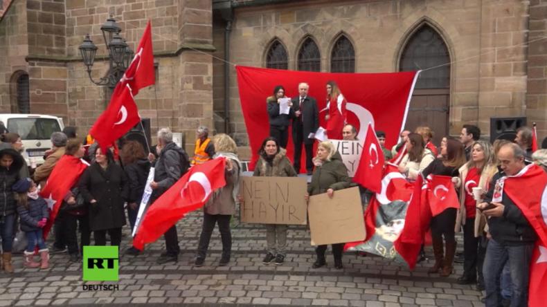 Türken protestieren in Nürnberg gegen ein Präsidialsystem in der Türkei.
