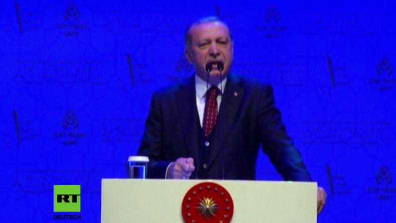 Erdogan hält in Istanbul Rede.