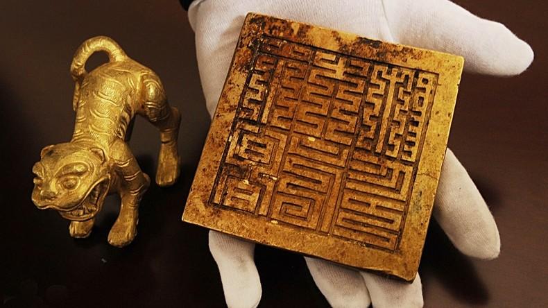 Chinesische Archäologen entdecken im Fluss Tausende 300 Jahre alte Artefakte