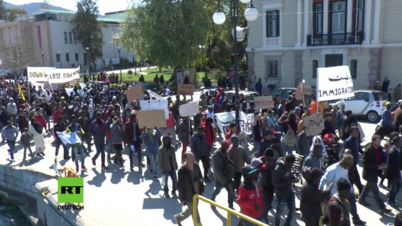 Flüchtlinge protestieren gegen Abkommen der Türkei und der EU.