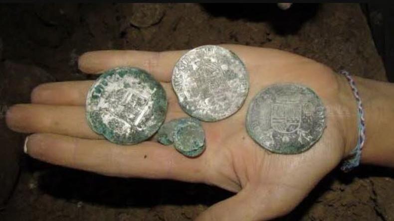 Junges französisches Paar findet Schatz mit altertümlichen Münzen im Keller