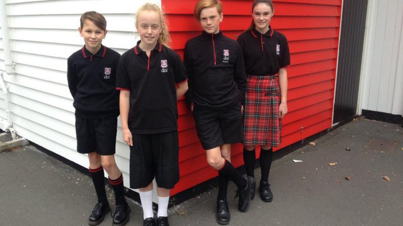 Neuseeländische Schule lockert Regeln für Schuluniformen - Mädchen dürfen Hosen tragen, Jungen Röcke